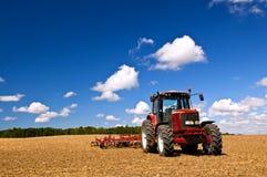 Trator no campo arado fotografia de stock royalty free