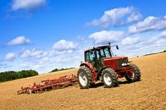 Trator no campo arado Imagens de Stock