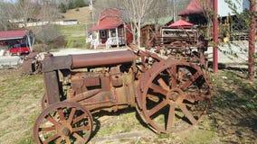 Trator para fora oxidado velho bonito Foto de Stock