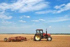 Trator ploughing da agricultura ao ar livre Fotos de Stock Royalty Free
