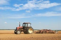 Trator ploughing da agricultura ao ar livre Imagens de Stock Royalty Free