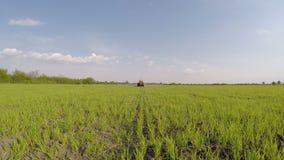 Trator que aplica o herbicida filme