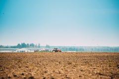 Trator que ara o campo em Autumn Season imagem de stock
