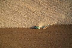 Trator que ara os campos - preparando a terra para semear imagem de stock royalty free