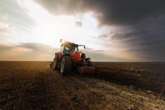 Trator que ara os campos - preparando a terra para semear no outono foto de stock royalty free