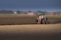 Trator que ara os campos - preparando a terra para semear no outono imagem de stock royalty free