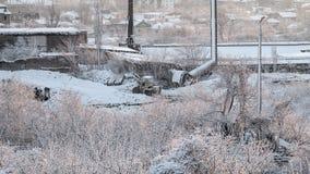 Trator que trabalha na manhã adiantada do inverno da fábrica Imagem de Stock Royalty Free