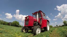 Trator que trabalha no vídeo da agricultura com som filme