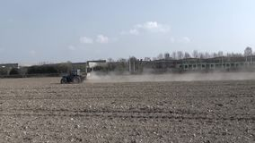 Trator que trabalha nos campos, alcançados por um trem running video estoque