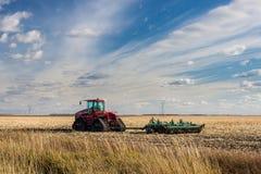 Trator sob o céu azul na pradaria canadense Fotos de Stock
