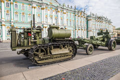 Trator soviético C-60 Stalinets da segunda guerra mundial na ação militar-patriótica no quadrado do palácio St Petersburg Imagens de Stock Royalty Free