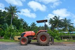 Trator vermelho em um campo no cozinheiro Islands de Rarotonga Imagem de Stock