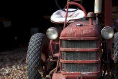Trator vermelho na exploração agrícola fotografia de stock