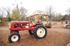 Trator vermelho velho na exploração agrícola foto de stock