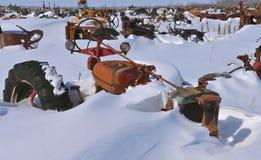 Tratores enterrados na neve foto de stock