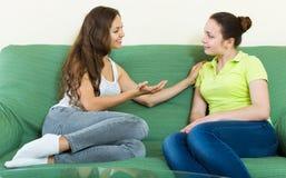 Tratsch mit zwei zufälliger Frauen Lizenzfreies Stockbild
