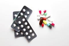 Trattamenti farmacologici e farmaci in un gruppo del mucchio di pillole e di Vit Fotografia Stock Libera da Diritti