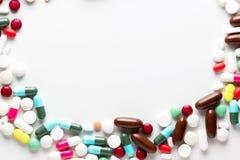 Trattamenti farmacologici e farmaci in un gruppo del mucchio di pillole e di Vit Immagini Stock Libere da Diritti