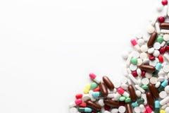 Trattamenti farmacologici e farmaci in un gruppo del mucchio di pillole e di Vit Fotografie Stock