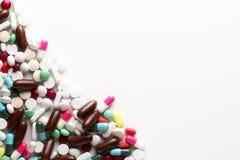 Trattamenti farmacologici e farmaci in un gruppo del mucchio di pillole e di Vit Immagine Stock Libera da Diritti