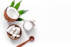 Trattamento del corpo Olio di cocco sul copyspace bianco di vista superiore del fondo Fotografia Stock Libera da Diritti