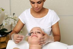 Trattamento del facial di Mesotherapy fotografie stock libere da diritti