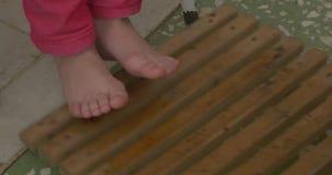 Trattamento del piede Il piede sta ricevendo il trattamento di termoterapia con l'involucro di fango Trattamenti facendo uso degl stock footage