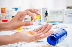 Trattamento della pillola dell'olio di pesce Fotografie Stock