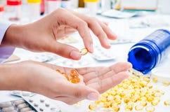 Trattamento della pillola dell'olio di pesce Immagine Stock Libera da Diritti