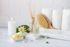 Trattamento della stazione termale - asciugamani sapone, sale da bagno e petrolio ed accessori aromatici per il massaggio fotografie stock