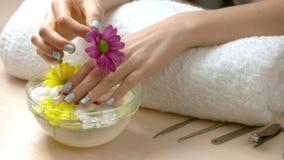 Trattamento della stazione termale per le mani femminili archivi video