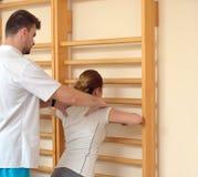 Trattamento di allungamento dei dolori lombo-sacrali Fotografie Stock