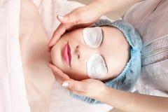 Trattamento di bellezza della giovane donna - massaggio facciale Fotografia Stock
