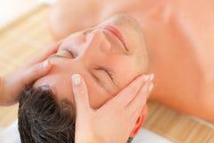 Trattamento di benessere del fronte di massaggio Fotografia Stock