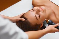 Trattamento di cura di pelle del fronte Procedure di cavitazione di ultrasuono Fotografie Stock
