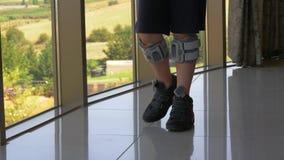 Trattamento di FES Ragazzo con la camminata del sistema del piede cadente dell'interno archivi video