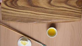 Trattamento di legno con impregnazione per protezione La mano femminile applica l'olio di lino sul bordo con una spugna video d archivio