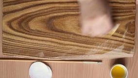 Trattamento di legno con impregnazione per protezione La mano femminile applica l'olio di lino sul bordo con una spugna archivi video