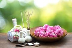 Trattamento e massaggio della stazione termale con il fiore di loto Fotografie Stock Libere da Diritti