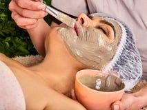Trattamento facciale della pelle della maschera del collagene Donna anziana 50-60 anni Fotografie Stock