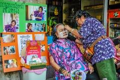 Trattamento facciale sulla via a Bangkok, Tailandia fotografia stock libera da diritti