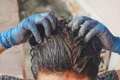 Trattamento fatto domestico dei capelli con fango da risolvere con grigio fotografia stock libera da diritti