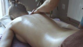 Trattamento femminile di massaggio nel salone Distensione 4K video d archivio