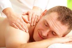 Trattamento godente maschio di massaggio Immagine Stock