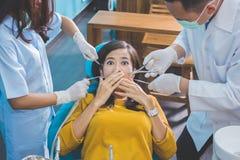 Trattamento medico all'ufficio del dentista paziente spaventato al denta Fotografia Stock