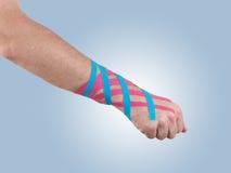 Trattamento terapeutico del nastro del tex di Kinesio del polso. immagine stock libera da diritti