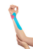 Trattamento terapeutico del polso con nastro adesivo del tex. fotografie stock