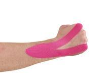 Trattamento terapeutico del polso con nastro adesivo del tex di kinesio. fotografia stock