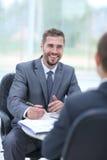 Trattative di affari Due uomini d'affari che parlano nell'ufficio fotografia stock libera da diritti