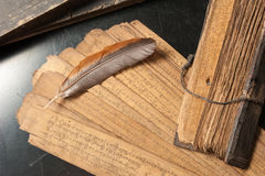 Trattato antico con la piuma di uccello fotografia stock libera da diritti